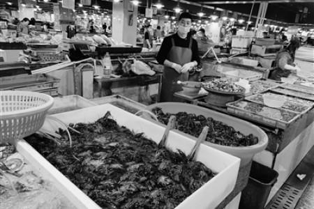 """小龙虾抢""""鲜"""",上市价格高"""
