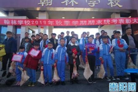 """用实力!为了奖励优秀学生,贵州某学校当场赠送""""猪肉""""作为奖品!"""